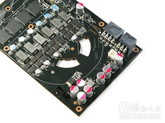 供电部分 随着核心架构更加复杂,GTX 480对供电的需求也随之增加。显卡供电部分采用了6相核心+2相显存供电,搭配清一色贴片式电感以及高品质固态电容,保证GTX 480这样的顶级显卡的供电充足以及稳定性。
